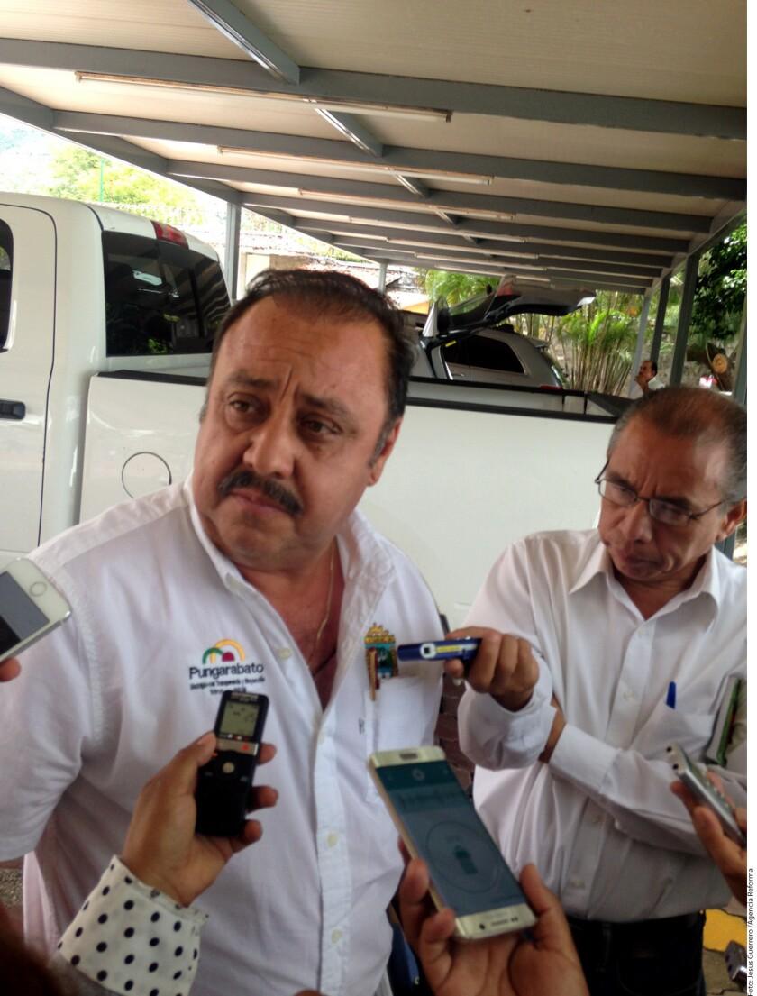 El Alcalde perredista del Municipio de Pungarabato, Ambrosio Soto Duarte, hace unas semanas señaló que portaría un arma de fuego ante la ola de violencia que prevalece en esa región de Tierra Caliente.