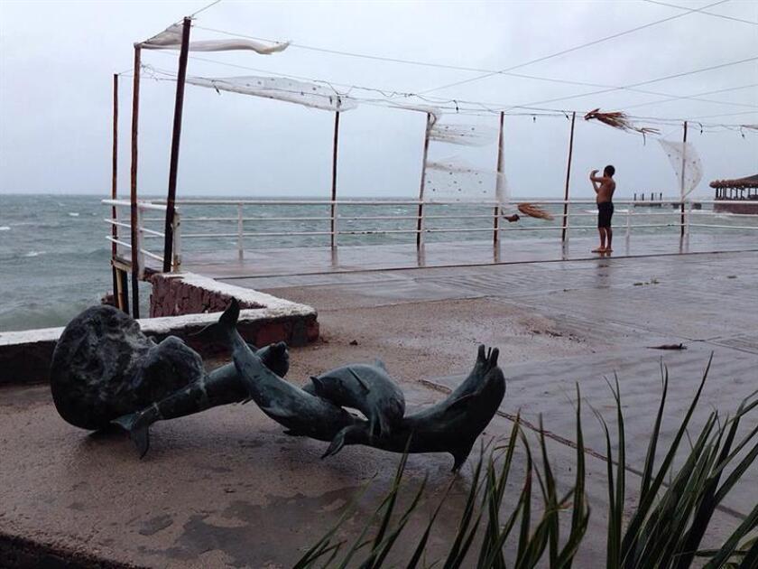 Newton, degradado a tormenta tropical en las últimas horas, avanza por el noroccidental estado mexicano de Sonora, a unos 285 kilómetros de la frontera con Estados Unidos, informó hoy el Servicio Meteorológico Nacional (SMN). EFE