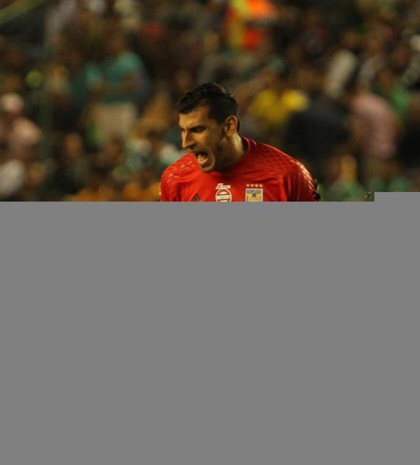 El portero de Tigres, Nahuel Guzman festeja una anotacion de su equipo en un partido. EFE/Archivo