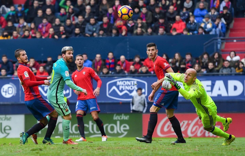 Luis Suárez marcó su décimo gol en la liga española, Lionel Messi añadió dos para colocarse como máximo cañonero con 11 dianas, y el Barcelona volvió a ganar: 3-0 en cancha de Osasuna.