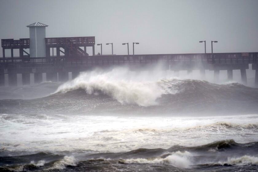 Olas rompiendo cerca de un muelle en el Gulf State Park, el martes 15 de septiembre de 2020 en Gulf Shores, Alabama. El huracán Sally se acercaba a la costa del Golfo de México a apenas 3 kilómetros (dos millas) por hora, un ritmo lento que le permitía acaparar una enorme cantidad de agua que descargar luego en tierra. (AP Foto/Gerald Herbrt)