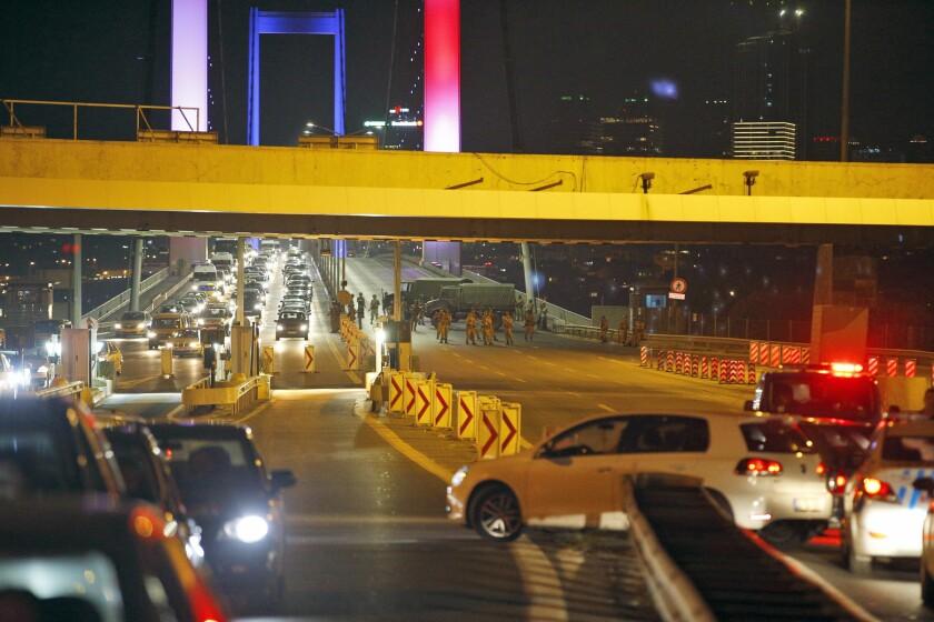 """Soldados turcos bloquean el acceso al icónico Puente Bosporus de Estambul el viernes 15 de julio de 2016. Una agencia de noticias turca publicó un comunicado de las fuerzas militares en que dicen que el ejército ha """"tomado el control total"""" del país. (AP Foto/Emrah Gurel)"""