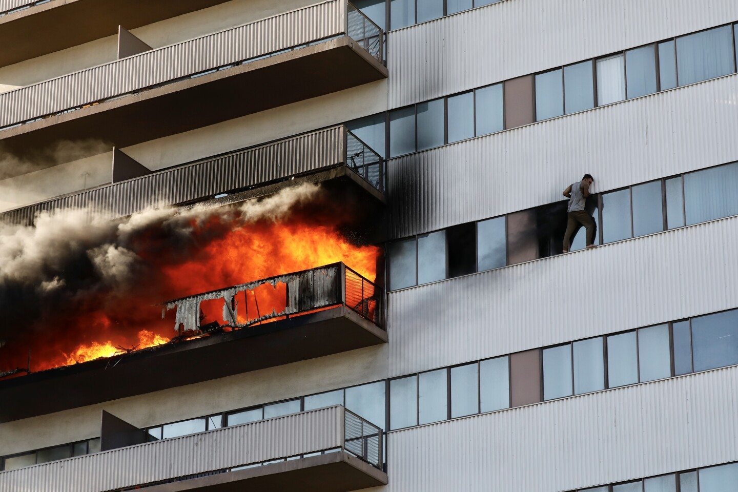 485654-me-los-angeles-high-rise-fire01_ALS.JPG