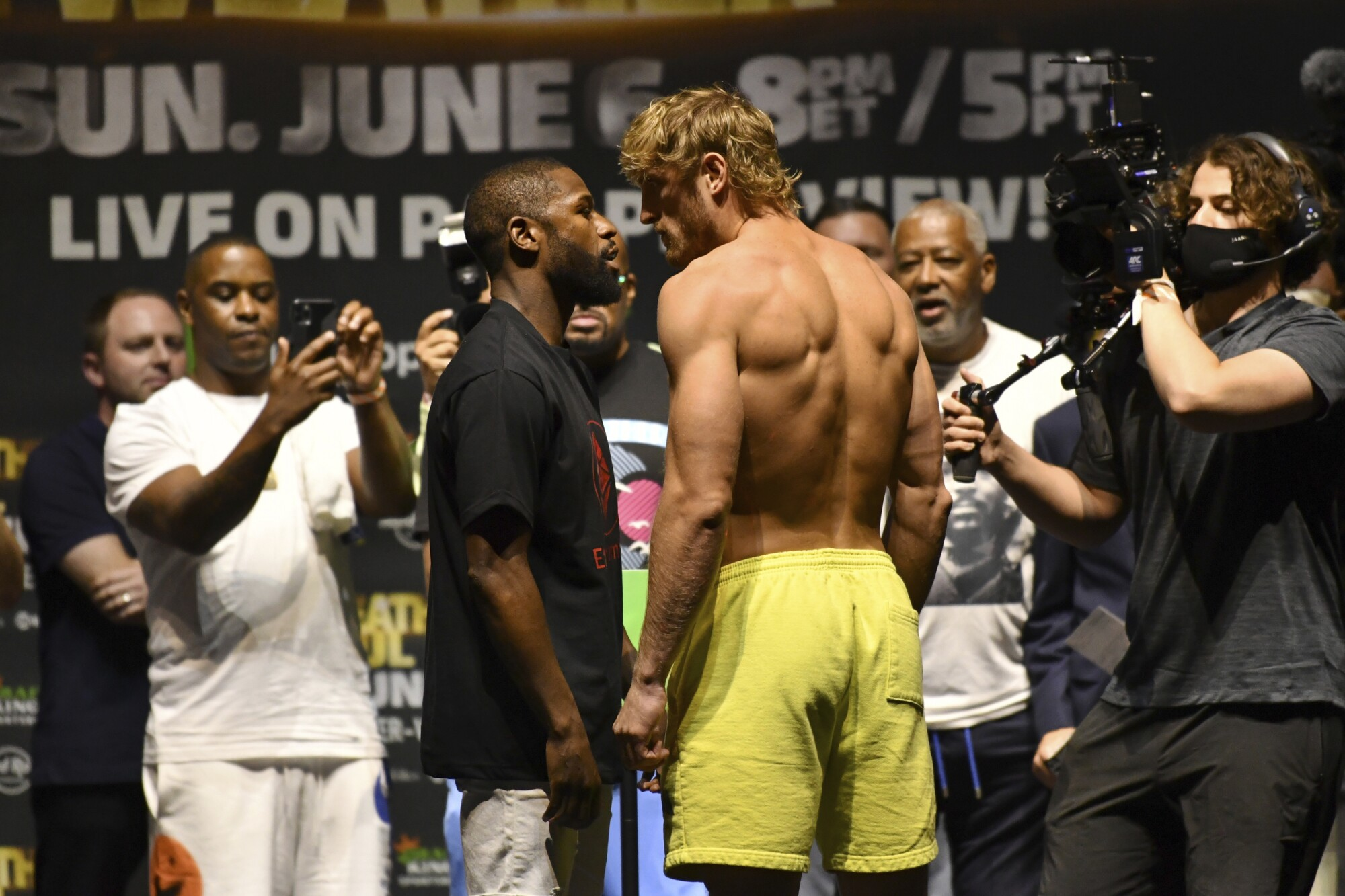 Logan Paul vs. Floyd Mayweather Jr.: How to watch, betting odds, news and  analysis - Los Angeles Times
