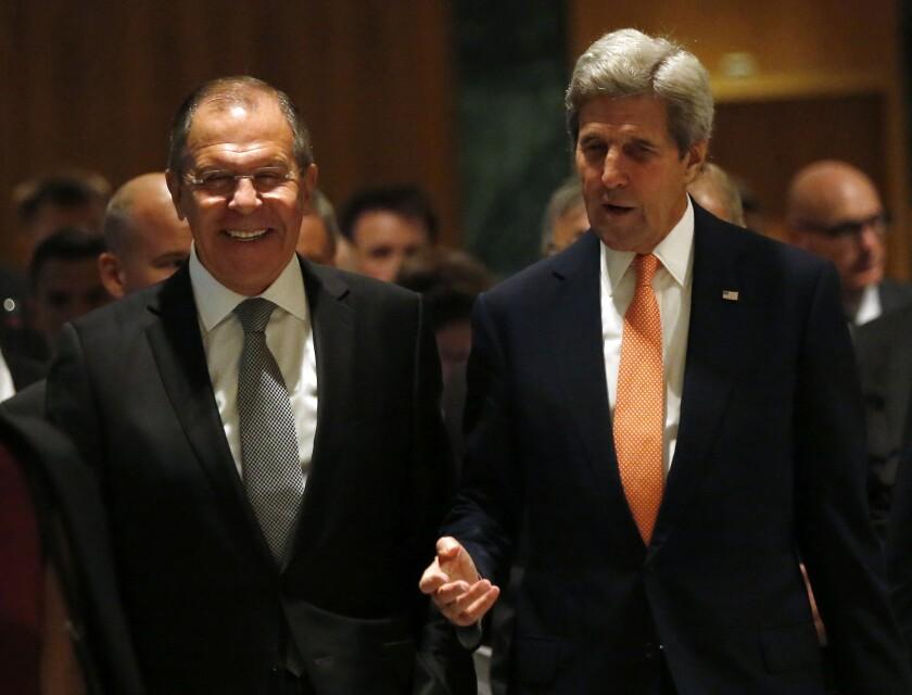 El secretario norteamericano de Estado, John Kerry, a la derecha, y el ministro ruso del Exterior, Sergey Lavrov, se dirigen hacia su sala de conversaciones en Ginebra, Suiza, el viernes 9 de septiembre de 2016, para discutir la crisis en Siria. (Kevin Lamarque/Pool Fotos vía AP)