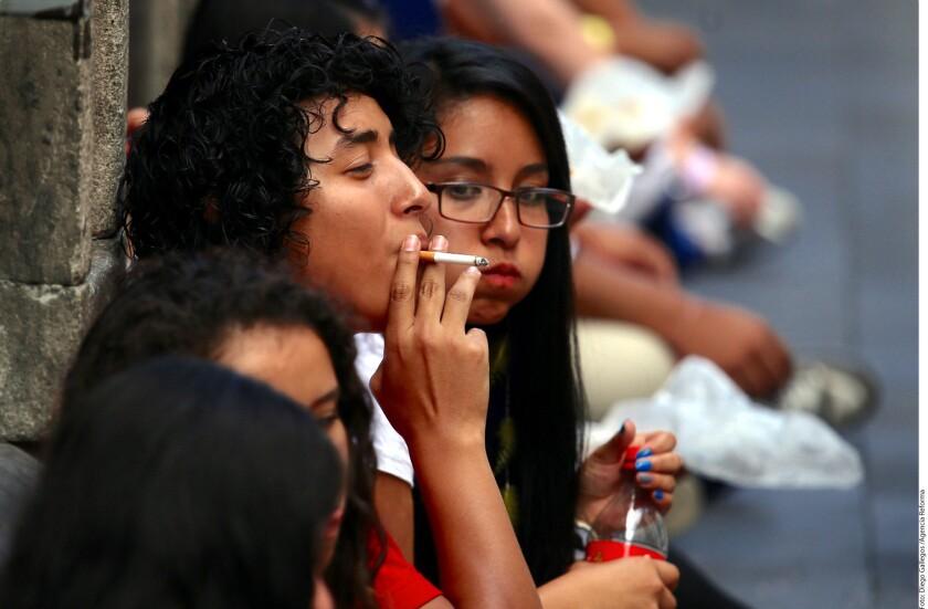 Más de 40 mil mexicanos mueren cada año por enfermedades relacionadas al tabaquismo, lo que equivale a un promedio de 110 muertes al día, advirtió Horacio Rubio Monteverde, director de Atención Médica de la Dirección General de Atención a la Salud de la UNAM.