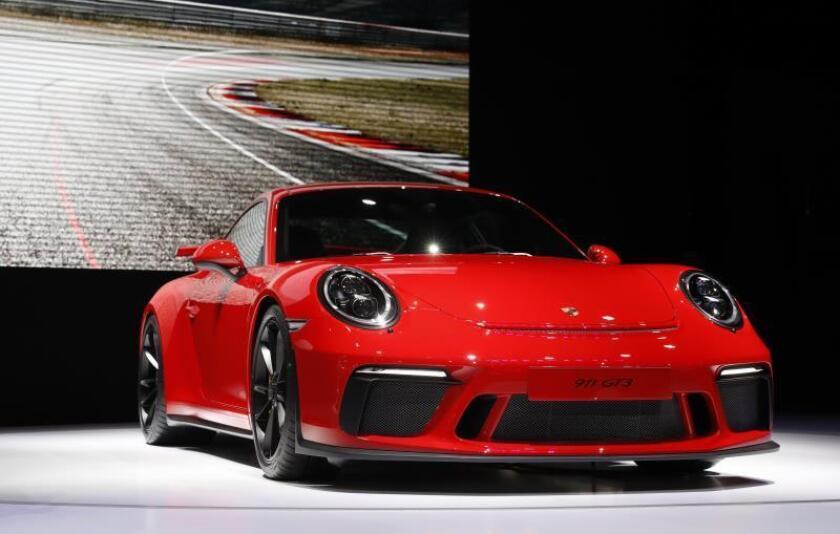 Fotografía del modelo Porsche 911 GTE 2017 durante la Feria del Automóvil de Nueva York. EFE/Archivo