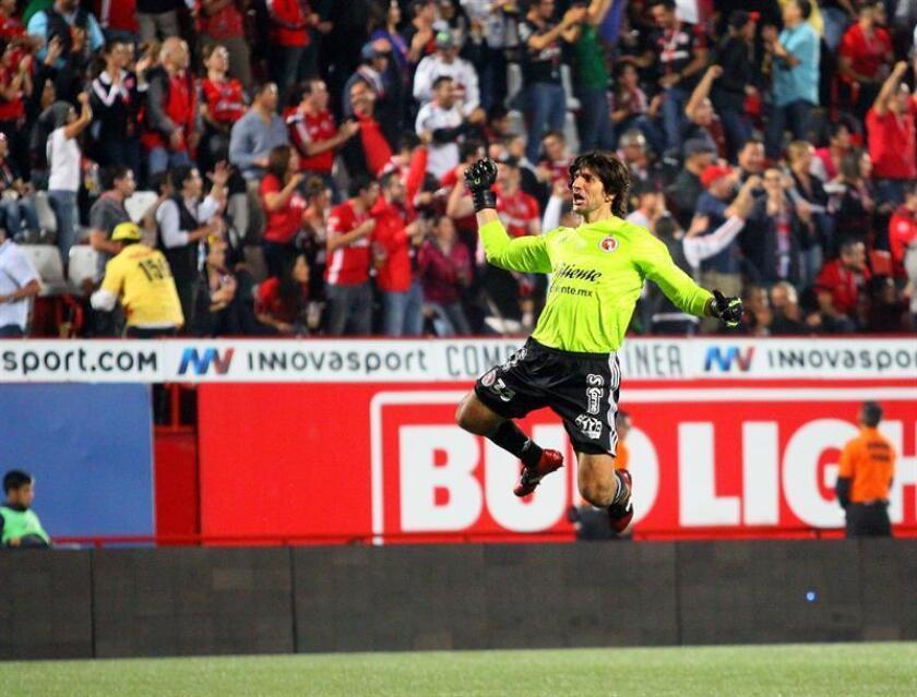 El guardameta argentino Federico Vilar anunció hoy su retiro después de 15 años en el fútbol mexicano donde jugó para los equipos Atlante, Atlas, Morelia y Xolos de Tijuana, en éste último jugó el reciente Apertura 2016 en el que su equipo fue líder de la fase regular y resultó eliminado en cuartos de final. EFE/ARCHIVO