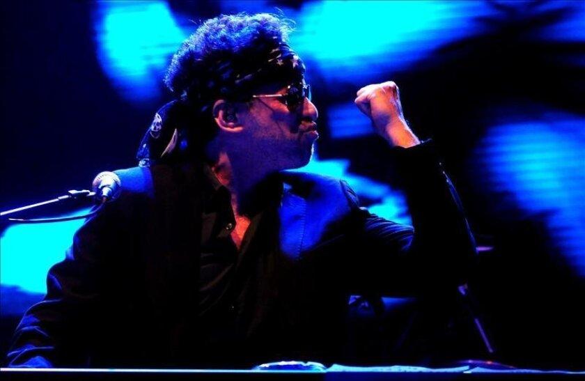 El músico argentino Andrés Calamaro durante su presentación el 17 de mayo de 2013, en el Movistar Arena de Santiago de Chile (Chile). EFE/Archivo