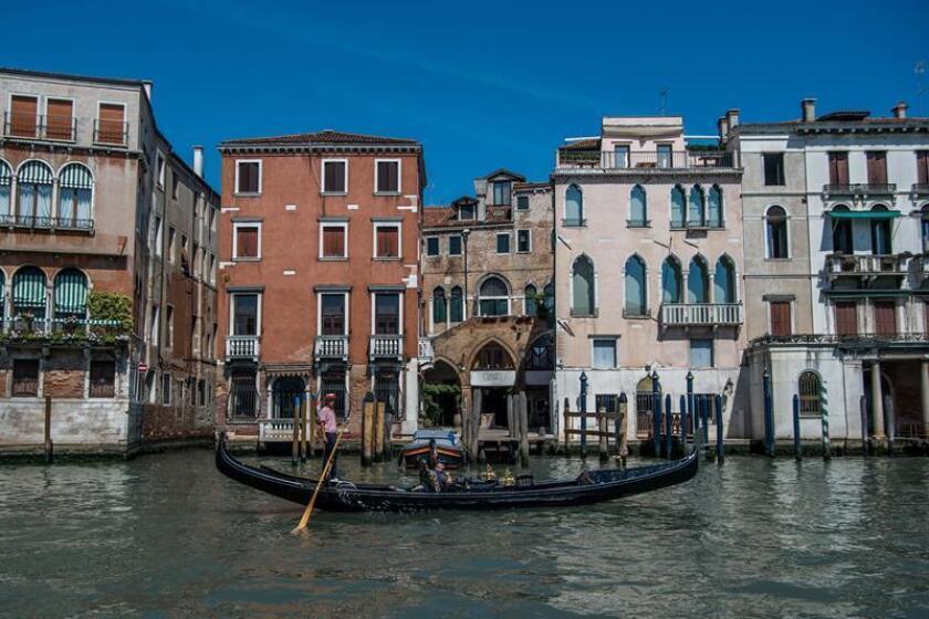 Vista de un turista sobre una góndola en Venecia, Italia. EFE-EPA/Zoltan Balogh