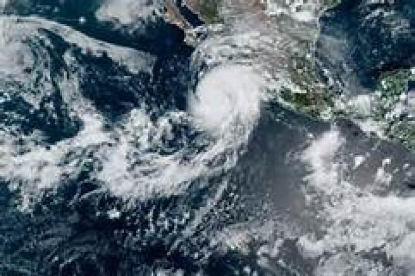 Una tormenta tropical se agita a 1300 millas al sur de San Diego.