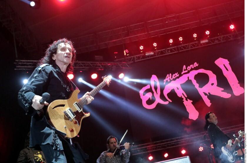 """El Tri, agrupación rockera que fue la carta fuerte del Festival Qué Rock 2017, estrenó ante los regios su tema """"Por Qué No Te Mueres"""", que fue coreado por unas 2 mil 500 (cifra oficial) personas que asistieron a este masivo."""