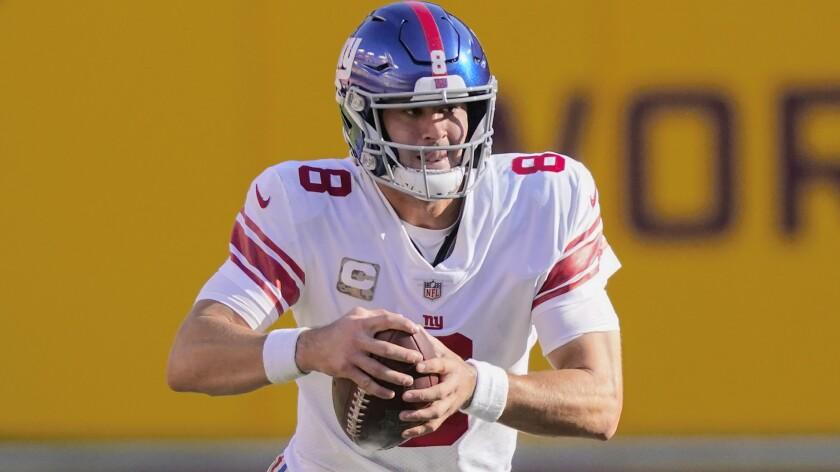 ARCHIVO - Foto del 8 de noviembre del 2020, el quarterback de los Giants de Nueva York Daniel Jones