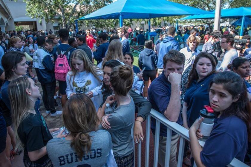 Cientos de estudiantes y padres de familia de la secundaria Marjory Stoneman Douglas, en Parkland (Florida, EEUU), volvieron hoy a la escuela tras el tiroteo ocurrido el pasado 14 de febrero y que dejó a 17 personas muertas. EFE/Archivo
