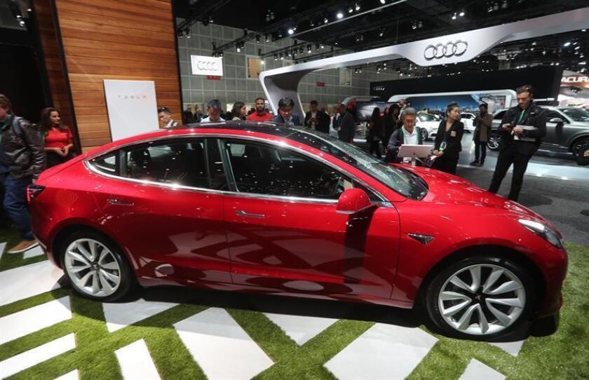 El Tesla Model 3 se exhibe durante el AutoMobility LA en el Centro de Convenciones en Los Ángeles, California (EE.UU.). EFE /Archivo