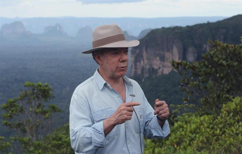 """Estados Unidos consideró hoy que es una """"decisión soberana"""" de Colombia recuperar la aspersión aérea de los cultivos de coca, aunque se mostró a favor de que el país suramericano use """"todas las herramientas"""" a su disposición para frenar el aumento en la producción de cocaína. El presidente de Colombia Juan Manuel Santos. EFE/ARCHIVO"""