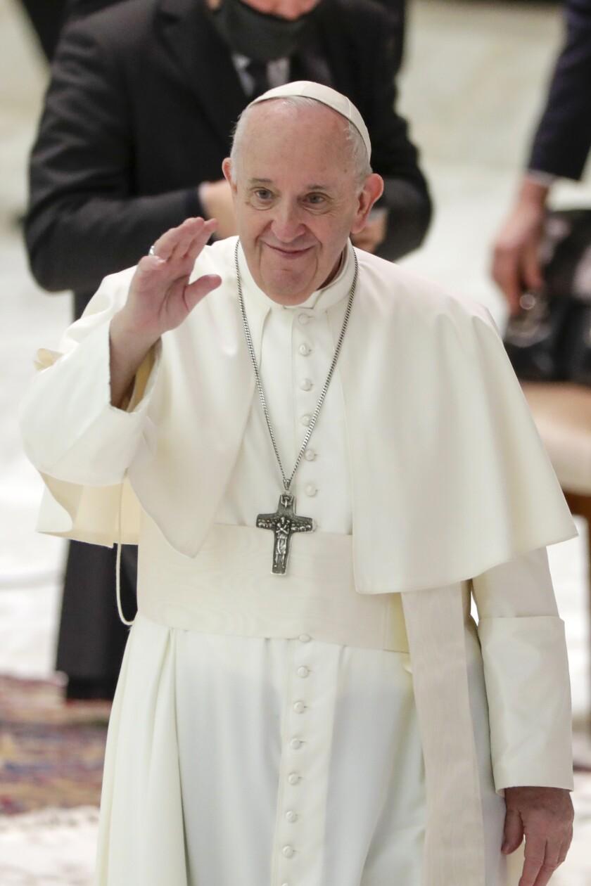 El papa Francisco arriba a su audiencia semanal en el Aula Paulo VI, Vaticano.