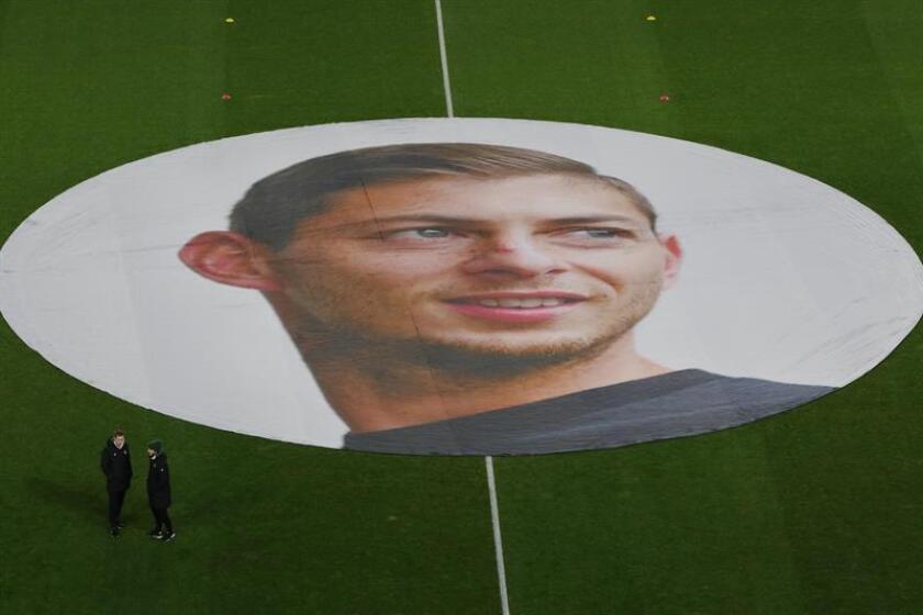 Vista de un tributo del FC Nantes al jugador argentino Emiliano Sala antes del partido entre el Nantes y el Saint Etienne. EFE
