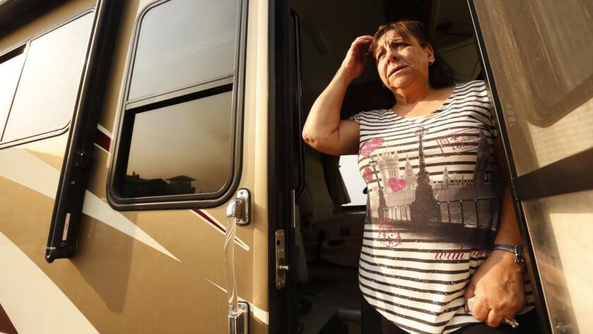 Elisa Pirad mira el humo como se expande en la ciudad de Duarte. Ella es una de los cientos de residentes que han tenido que evacuar el área.