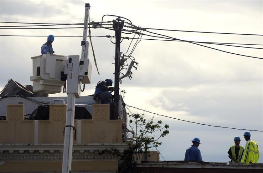 """El director ejecutivo interino de la Autoridad de Energía Eléctrica, Justo González Torres, dijo hoy que el 58,1 % de los clientes en Puerto Rico cuentan con electricidad, por cuya restauración del servicio dijo que será """"un reto histórico y sin precedentes"""" por la devastación que dejó el huracán María. EFE/ARCHIVO"""