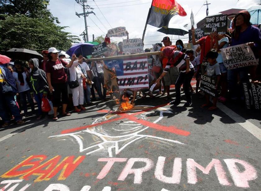 Activistas filipinos protestan contra el presidente estadounidense, Donald J. Trump, durante una manifestación cerca del palacio presidencial en Manila (Filipinas) este martes, 7 de noviembre. EFE