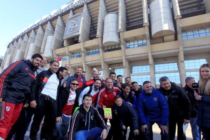 Aficionados Boca Juniors y River Plate se concentran en las inmediaciones del Santiago Bernabéu donde este domingo se jugará la final de la Copa Libertadores. EFE