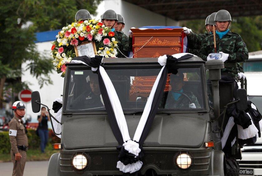 El cadáver de Saman Gunan, buzo que participaba en labores del rescate de niños atrapados en una cueva, es trasladado durante una ceremonia de repatriación y de ritos religiosos en el aeropuerto Chiang Rai en Mae Sai, Tailandia.
