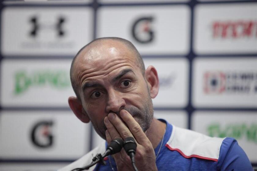 El español Paco Jémez, entrenador del Cruz Azul, afrontará mañana su partido a 'vida o muerte' en el fútbol mexicano, ante los Tiburones de Veracruz, donde está obligado a ganar en el torneo Apertura 2017. EFE/Archivo
