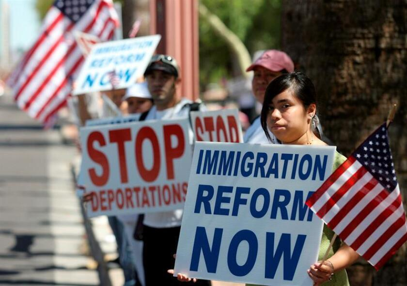 Asistentes a la protesta contra la posible entrada en vigor en tres meses de la ley contra la inmigración, firmada el mes pasado por el gobernador del estado de Arizona, Jan Brewer, se manifestan con banderas y pancartas hoy, sábado 1 de mayo de 2010, frente a la sede de los servicios de Ciudadanía e Inmigración en Phoenix, capital de Arizona (EEUU). EFE/Archivo