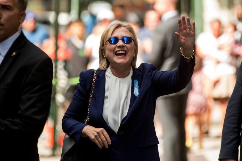 La candidata presidencial demócrata Hillary Clinton saluda al salir de un edificio de departamentos el domingo 11 de septiembre de 2016, en Nueva York. (AP Foto/Andrew Harnik)