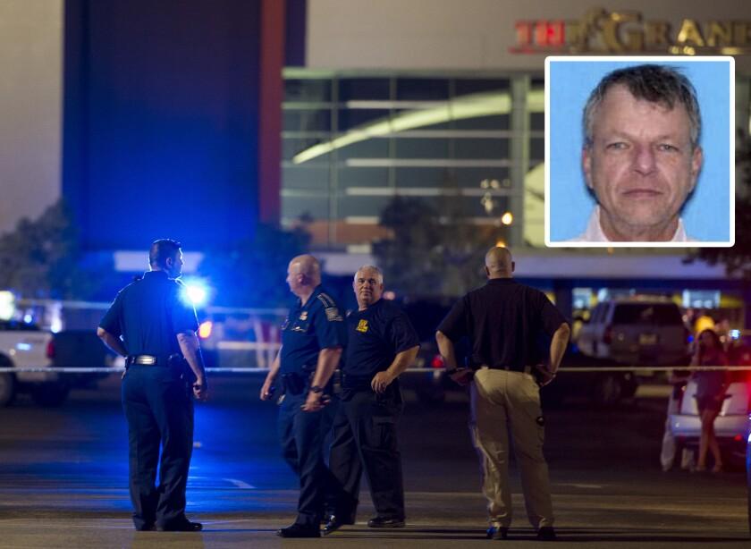 Varios agentes en una zona cercada por la policía alrededor del complejo comercial Grand Theatre de Lafayette, Louisiana, luego de un tiroteo la noche del jueves 23 de julio de 2015. (Paul Kieu/The Daily Advertiser vía AP)