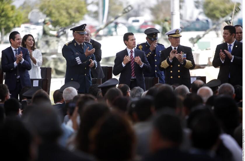 Como pocas veces en su historia reciente, México está· a prueba y ello exige unidad para enfrentar los desafíos externos e internos, señaló ayer el Presidente Enrique Peña Nieto.
