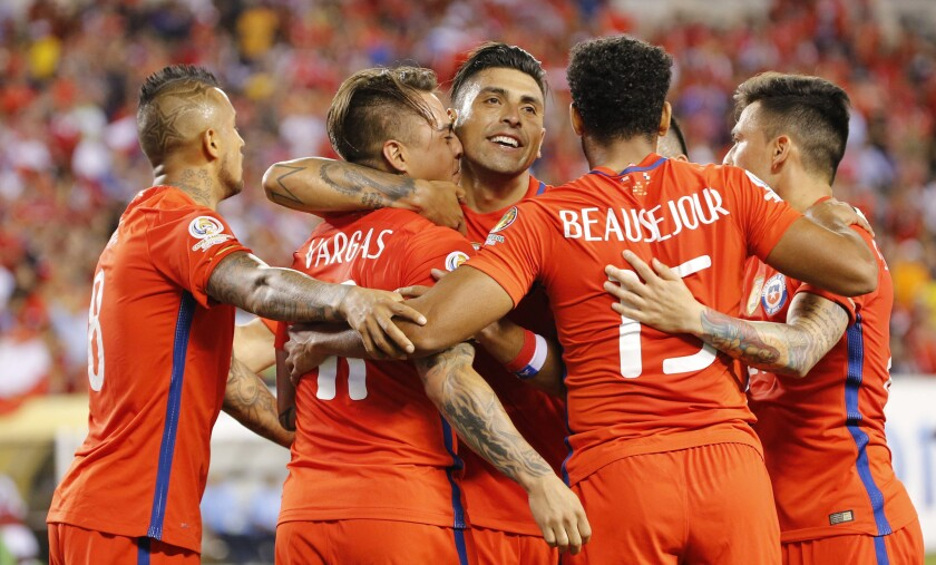 Jugadores de Chile celebran el gol de Eduardo Vargas contra Panamá hoy, martes 14 de junio de 2016, en el partido entre Chile y Panamá por el grupo de D de la Copa América Centenario, en el estadio Lincoln Financial Field en Filadelfia (EE.UU.). EFE/LUIS TEJIDO