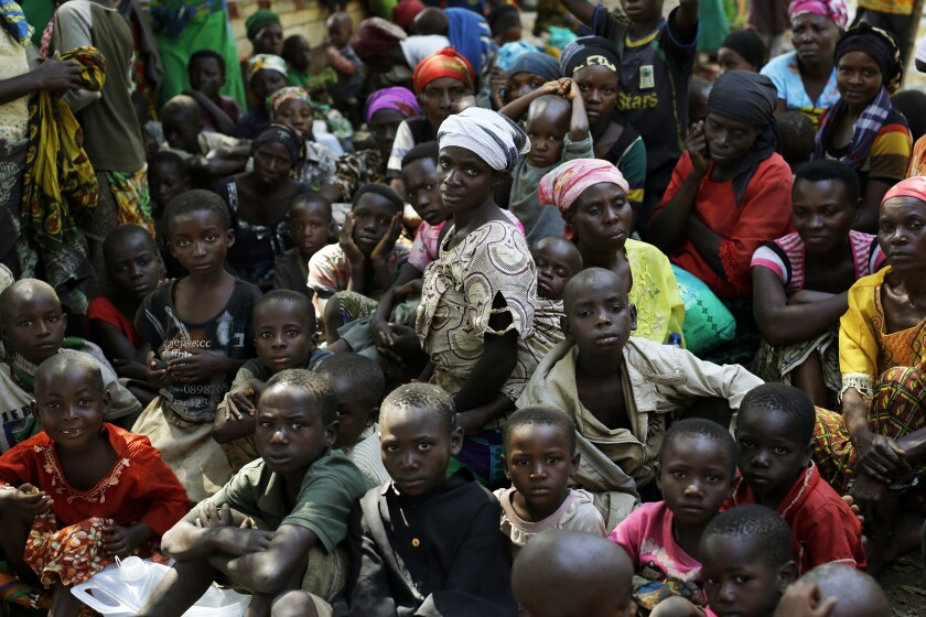 ARCHIVO - En esta imagen de archivo del sábado 23 de mayo de 2015, refugiados que huyeron de la violencia y tensión política esperan a subir a un barco de Naciones Unidas en Kagunga, en el lago Tanganyika, Tanzania, para ser trasladados a la ciudad portuaria de Kigoma. Al menos 18 refugiados y solicitantes de asilo de Burundi fueron capturados en campos de refugiados de Tanzania durante el último año, aproximadamente. Muchos fueron torturados en una comisaría en Tanzania y siete seguían desaparecidos, según un reporte de Human Rights Watch. (AP Foto/Jerome Delay, Archivo)