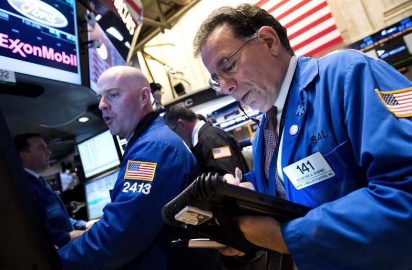 Varios inversores trabajan en el parqué de la bolsa de Wall Street, en Nueva York (Estados Unidos). EFE/Archivo
