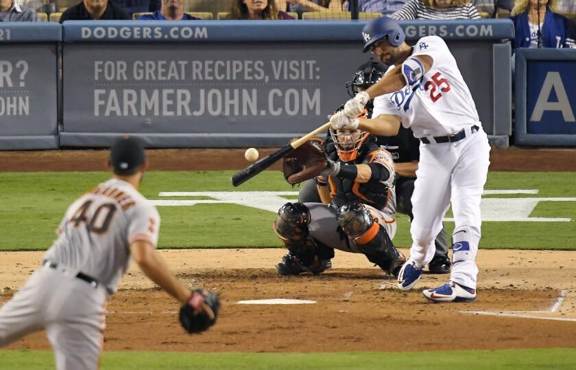 El jugador de los Dodgers Los Ángeles Rob Segedin, derecho, pega un jonrón solitario ante el pitcher abridor de los Gigantes de San Francisco Madison Bumgarner, a la izquierda, ante la mirada del catcher Buster Posey, en el segundo inning de su juego de béisbol el martes 23 de agosto de 2016 en Los Ángeles. (AP Foto/Mark J. Terrill) ** Usable by HOY, ELSENT and SD Only **