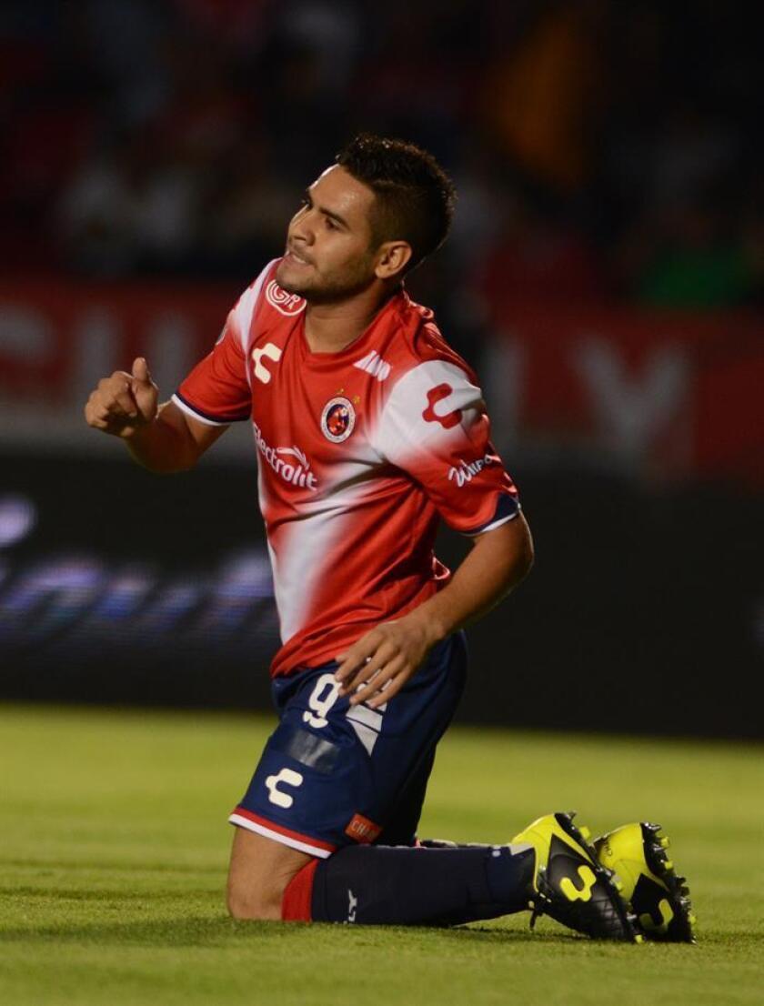 El delantero argentino Daniel Villalba, de los Tiburones de Veracruz del fútbol mexicano, aseguró hoy que su equipo está concentrado en sumar puntos para mantener la permanencia y los resultados de los rivales interesan menos. EFE/ARCHIVO