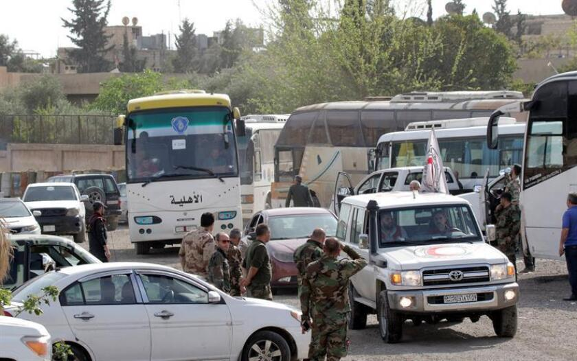 Combatientes del Ejército del Islam y sus familias son evacuados en autobús de Duma, el último feudo rebelde de Guta Oriental, a las afueras de Damasco (Siria). EFE/Archivo