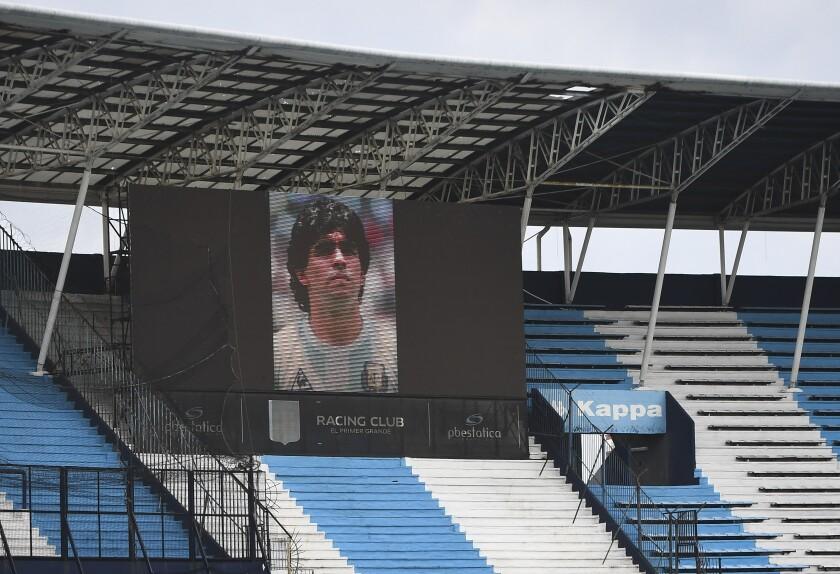 2El estadio Presidente Perón muestra en su pantalla una imagen de Diego Maradona antes de un partido entre Racing y Unión en Buenos Aires, el sábado 28 de noviembre de 2020 (Rodrigo Valle/Pool via AP)