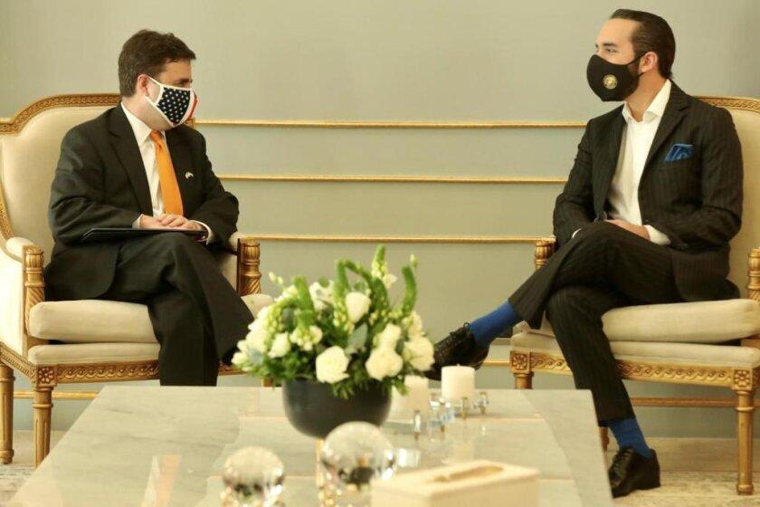 Ricardo Zúñiga, enviado especial de EEUU para el Triángulo Norte, conversa con el presidente Nayib Bukele.
