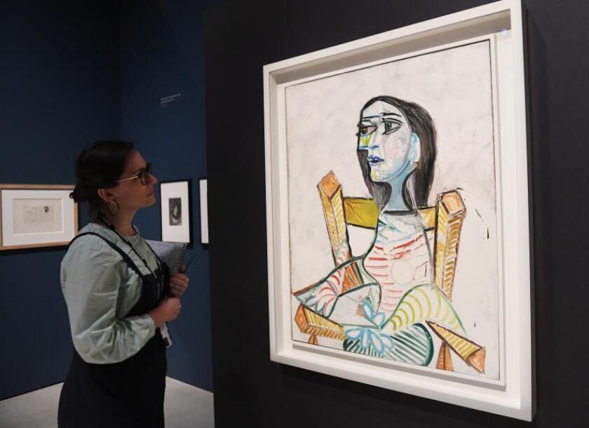 """Una visitante contempla la obra """"Retrato de mujer"""" (1938) del artista español Pablo Picasso (1881-1973) durante el pase gráfico de la muestra """"Modern Couples: Arte, intimidad y vanguardia"""" en Londres (Reino Unido) hoy, 9 de octubre del 2018. EFE"""