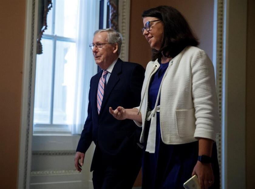 El líder de la mayoría republicana en el Senado, Mitch McConnell (i), se dirige a su oficina tras la sesión el Senado en Washington DC, Estados Unidos, hoy, 18 de septiembre de 2018. EFE