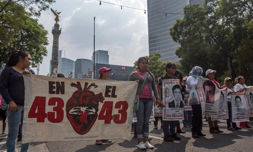 Familiares y simpatizantes de los jóvenes desaparecidos de Ayotzinapa marchan hoy, martes 26 de junio de 2018, en las principales avenidas de Ciudad de México (México). EFE