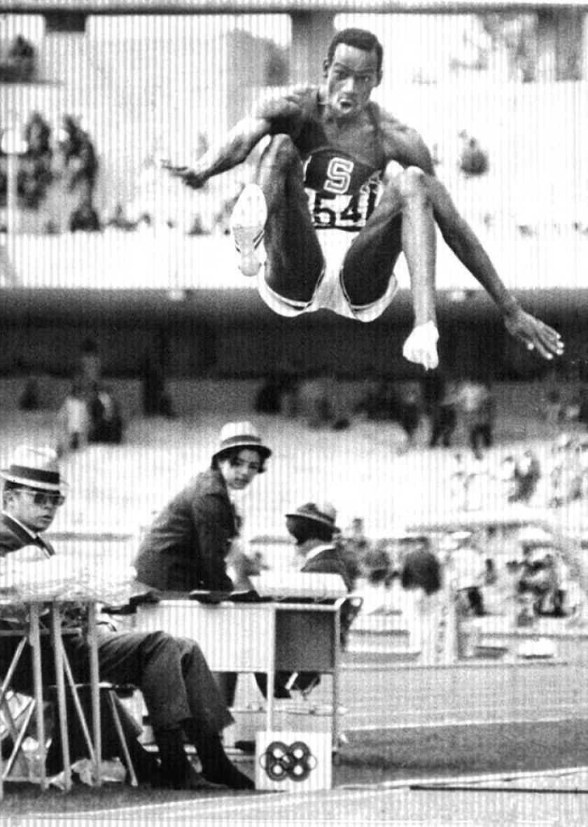 El atleta estadounidense Bob Beamon durante la prueba de salto de longitud, en la que consiguió el record del mundo con 8,90 metros, en los Juegos Olimpicos de México. EFE/Archivo
