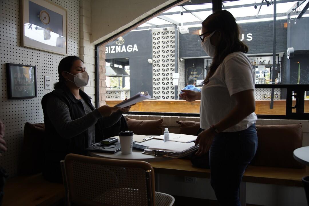 Dulce Garcia erhält juristische Dokumente in einem Café nahe der Grenze zwischen Tijuana und San Diego