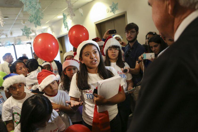 Elena Marquez, de 17 años, habla conel alcalde del condado de Miami-Dade, Carlos Giménez, dentro de una campaña realizado por centenares de niños estadounidenses, hijos de inmigrantes, que entregaron cartas a alcaldes de todo el país para pedirles que protejan a las familias de las promesas electorales de Donald Trump de deportar a millones de indocumentados.
