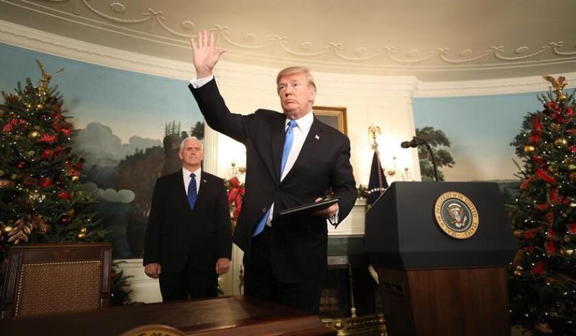 El presidente, Donald Trump, espera cerrar hoy con la oposición demócrata un acuerdo presupuestario para evitar un cierre parcial del Gobierno federal, pero no aceptará ninguna medida que reemplace el programa migratorio DACA sin afrontar también sus prioridades respecto a la frontera. EFE/ARCHIVO