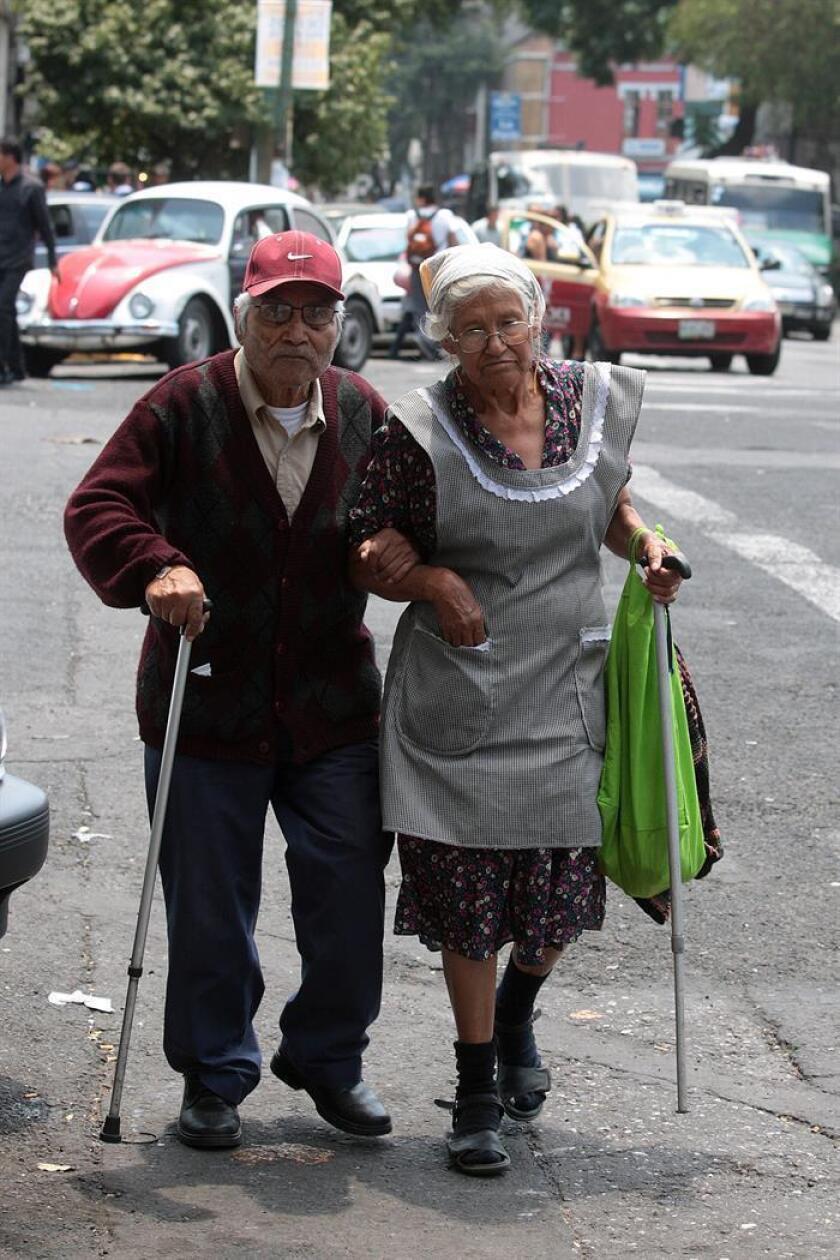 Fotografía de archivo fechada el 08 de agosto de 2014 que muestra a una pareja de adultos mayores mientras caminan por una avenida en Ciudad de México (México). EFE