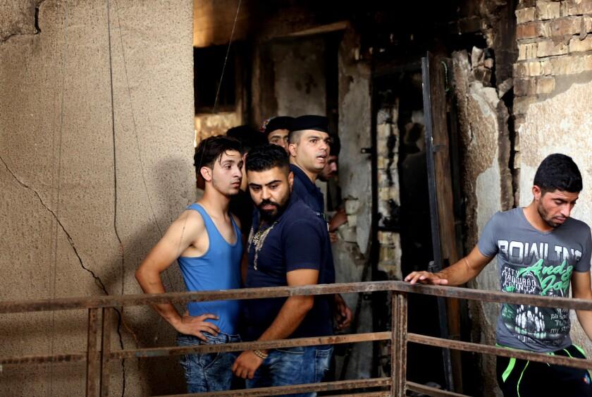 Elementos de seguridad iraquí y civiles buscan desaparecidos un día después del estallido un camión bomba en una zona comercial del barrio de Karada, en Bagdad, el lunes 4 de julio de 2016. (AP Foto/Hadi Mizban)