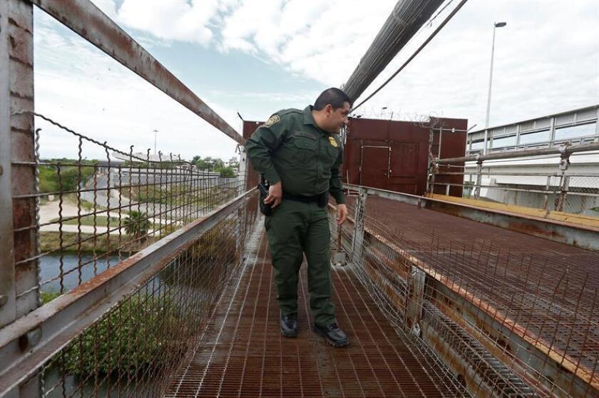 Un agente de la Patrulla Fronteriza camina sobre un puente que cruza el Río Grande en la frontera entre Estados Unidos y México, cerca de Roma, Texas (Estados Unidos) hoy, lunes 12 de marzo de 2018. La frontera de casi dos mil millas entre los Estados Unidos y México es la frontera internacional más frecuentemente cruzada en el mundo. EFE